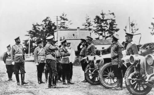 Николай II осматривает новые модели Руссо-Балтов